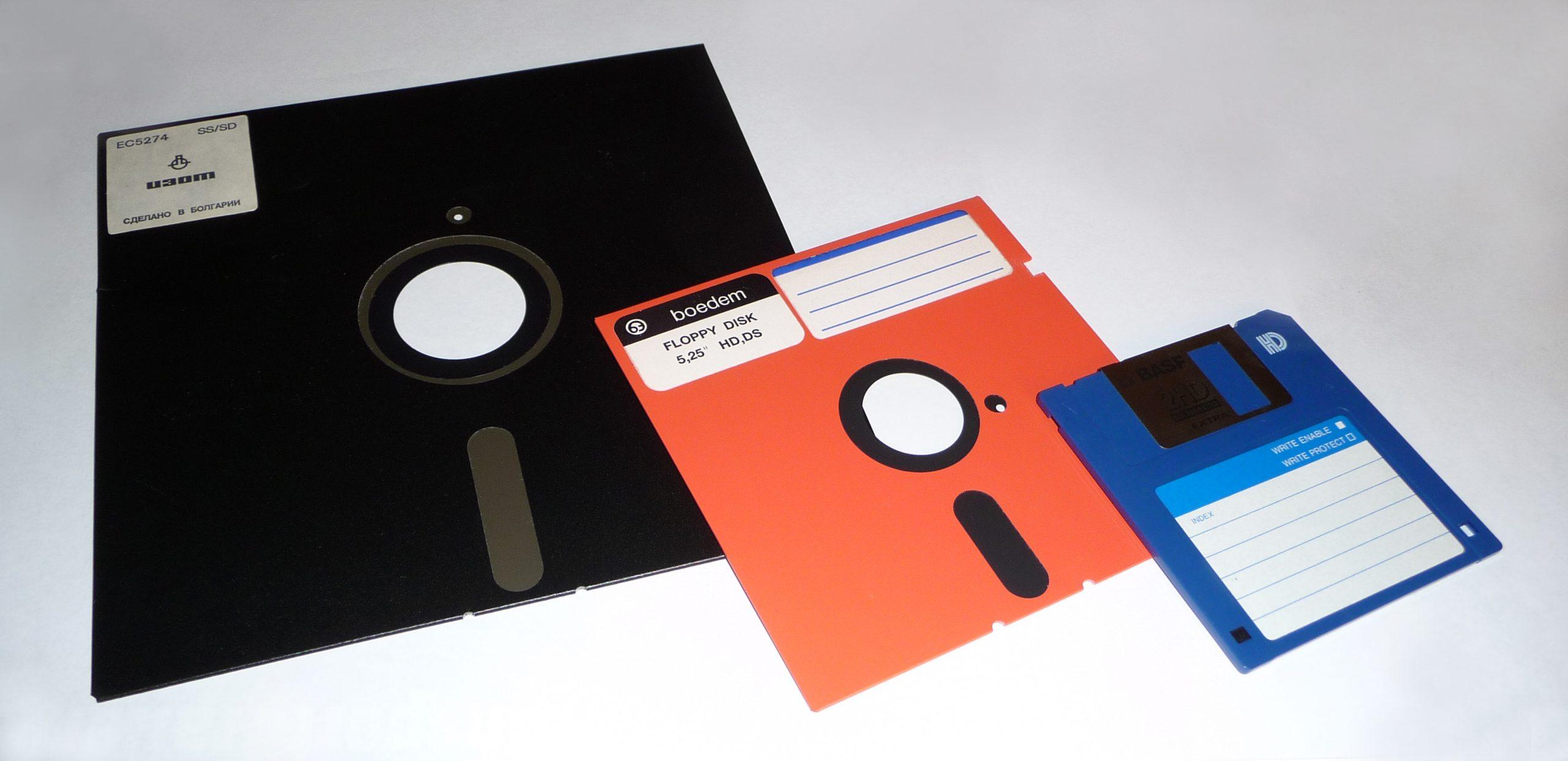 Floppy disk แผ่นดิสก์ในการบันทึกข้อมูลคอมในยุคแรก ที่ปัจจุบันได้กลายเป็นตำนานไปแล้ว